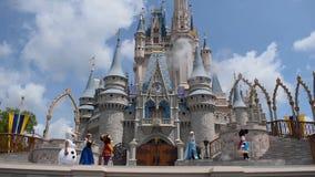 A amizade real Faire de Mickey em Cinderella Castle no reino m?gico em Walt Disney World Resort 1 video estoque