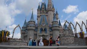 A amizade real Faire de Mickey em Cinderella Castle no reino m?gico em Walt Disney World Resort 5 vídeos de arquivo
