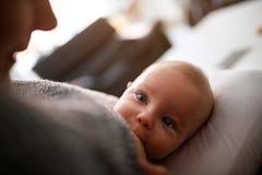 Amma behandla som ett barn gulliga små pojken Royaltyfri Bild