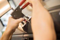Ammaccature di Reparing in un'automobile immagini stock libere da diritti
