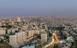 Amman berg och abdounbro med trafikstockning på aftonen Royaltyfri Bild