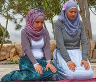 In Amman beten, Jordanien lizenzfreie stockfotos