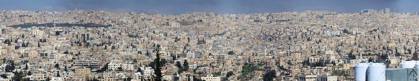 Amman, Jordanië, Maart 11h 2018: Hoge resolutiepanorama van de niet zeer aardige ontwikkeling van Amman, het kapitaal van de Koni Royalty-vrije Stock Afbeeldingen