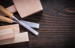 Ammassi gli scalpelli più costanti del martello e le plance di legno sopra Fotografia Stock Libera da Diritti
