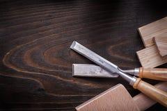 Ammassi gli scalpelli più costanti del martello e le plance di legno sull'annata marrone wo Fotografia Stock Libera da Diritti