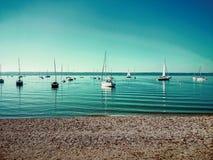 Ammersee bavarois avec des bateaux sur le lac Photographie stock libre de droits