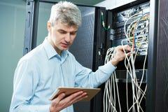 Amministratore dell'ingegnere della rete nella stanza del server fotografia stock