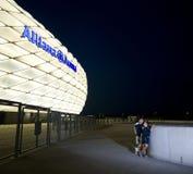 Ammirare l'arena di Allianz alla notte Immagine Stock