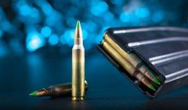 Ammo för en AR--15 och metalltidskrift Royaltyfria Bilder