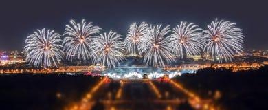 Ammorbidisca la vista del bordo del festival del fuoco d'artificio di Mosca nell'area delle colline di Lenin con migliaia di flas Fotografia Stock Libera da Diritti