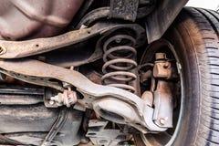 Ammortizzatore del veicolo e braccio di controllo usati immagine stock