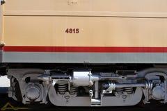 Ammortizzatori locomotivi su un treno che si siede in un'iarda Immagine Stock