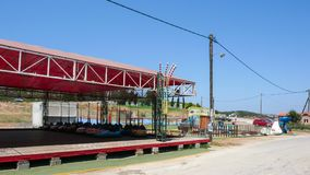 AMMOULIANI, CHALKIDIKI, GRÉCIA - 27 DE JULHO DE 2012: Rua e casas na ilha de Ammouliani, Athos, Chalkidiki, Gree Imagem de Stock Royalty Free