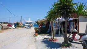 AMMOULIANI, CHALKIDIKI, GRÉCIA - 27 DE JULHO DE 2012: Rua e casas na ilha de Ammouliani, Athos, Chalkidiki, Gree Imagens de Stock Royalty Free