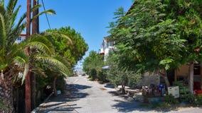 AMMOULIANI, CHALKIDIKI, GRÉCIA - 27 DE JULHO DE 2012: Rua e casas na ilha de Ammouliani, Athos, Chalkidiki, Gree Fotos de Stock