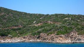AMMOULIANI CHALKIDIKI, GREKLAND - JULI 27, 2012: Panoramautsikt till den Ammouliani ön, Athos, Chalkidiki, Grekland Arkivbild