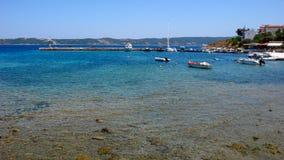 AMMOULIANI CHALKIDIKI, GREKLAND - JULI 27, 2012: Panoramautsikt till den Ammouliani ön, Athos, Chalkidiki, Grekland Arkivfoto
