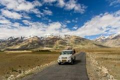 AMMU & KASHMIR, ÍNDIA - 15 DE JULHO DE 2015: Os turistas intitulados adven sobre Fotos de Stock