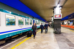 Ammucchi alla stazione ferroviaria principale, estremità, a Roma, l'Italia Immagini Stock Libere da Diritti