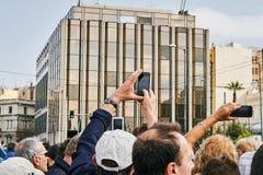 Ammucchi ammirare e fotografare il cambiamento dell'onore Evzon Fotografia Stock Libera da Diritti