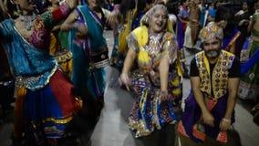 Ammucchi godendo del canto di re di garba del Goudjerate, purohit di Atul in Chicago video d archivio