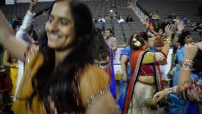 Ammucchi godendo del canto di re di garba del Goudjerate, purohit di Atul in Chicago archivi video