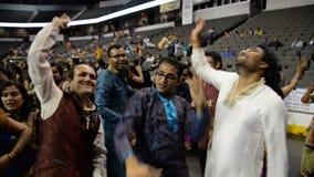 Ammucchi godendo del canto di re di garba del Goudjerate, purohit di Atul in Chicago stock footage