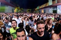 Ammucchi il ballo in un concerto al festival del sonar Immagine Stock