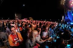 Ammucchi l'orologio un concerto al festival 2013 del suono di Heineken Primavera Fotografia Stock