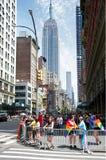 Ammucchi a New York 2018 Pride Parade con l'Empire State Building nella parte posteriore Fotografia Stock Libera da Diritti