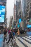 Ammucchiato del turista che cammina nel Times Square con il LED firma Immagini Stock