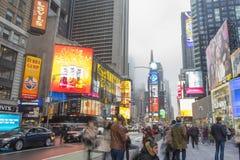 Ammucchiato del turista che cammina nel Times Square con il LED firma Fotografie Stock