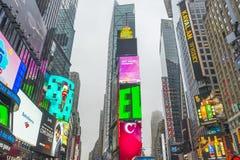 Ammucchiato del turista che cammina nel Times Square con il LED firma Fotografia Stock