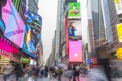 Ammucchiato del turista che cammina nel Times Square con il LED firma Fotografie Stock Libere da Diritti