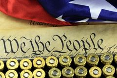 Ammunitionar och flagga på USA-konstitutionen - historia av den andra rättelsen Royaltyfri Bild
