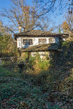 Aménagez en parc avec le pont en bois et la vieille maison dans le village de Bozhentsi, Bulgarie Photo libre de droits
