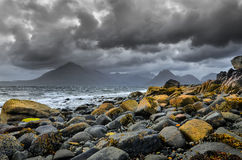 Aménagez la vue en parc de littoral des roches et des collines de Cullin, Ecosse Image libre de droits