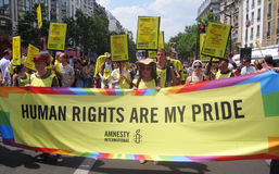 Amnesty International à la fierté homosexuelle 2010 de Paris Photos stock