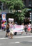 Amnesty International grupuje wymagającą wolność dla Chelsea Obsługuje podczas LGBT dumy parady w Nowy Jork (urodzony Bradley Obs Obraz Royalty Free
