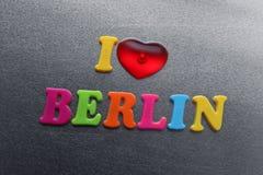 Amo Berlino spiegata facendo uso dei magneti colorati del frigorifero Immagini Stock