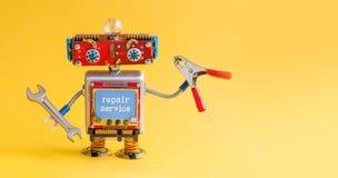Amo de la manitas del robot del servicio de reparación con los alicates del rojo de la llave de la mano Carácter cibernético sonr fotografía de archivo