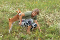 Amo de las mordeduras de perro mientras que juega al aire libre fotografía de archivo