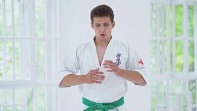 Amo de los artes marciales en el entrenamiento de la lucha en gimnasio metrajes