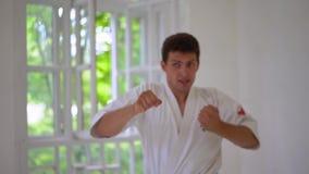 Amo de los artes marciales en el entrenamiento de la lucha en gimnasio almacen de metraje de vídeo