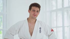 Amo de los artes marciales en el entrenamiento de la lucha en gimnasio almacen de video