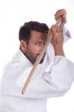 Amo del Aikido con la espada de madera en la posición defensiva Imágenes de archivo libres de regalías