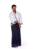 Amo del Aikido con la espada en la posición de ataque fotos de archivo