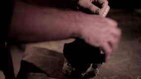 Amo del alfarero del varón adulto que prepara la arcilla en la tabla Vista delantera, primer, manos solamente, irreconocible almacen de video