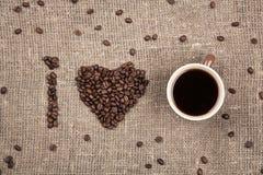 Amo el café hecho de los granos de café en la arpillera imagen de archivo