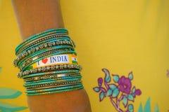 Amo il braccialetto dell'India sui braccialetti indiani del polso femminile fotografia stock libera da diritti